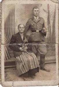 Anna Szewczak z Zastawia z synem Bronisławem w tradycyjnym stroju