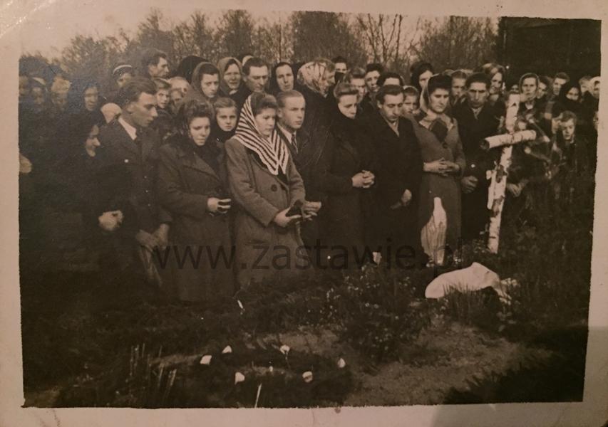 Nad mogiłą w Józefowie Dużym w 1949 roku. Z kolekcji Michaliny Zabielskiej