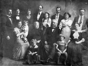 Rodzina Uszyńskich - 1913 Od lewej stoja:Wacław Tuz, Tadeusz Uszyński, Janina Uszyńska (Bastgen), Roman Uszyński, Jadwiga Uszyńska (Raciborska), Edmund Uszyński, Elżbieta Uszyńska (Kühnl-Kinel), Adam Lewicki Od lewej siedząL Maria Uszyńska (Tuz) z synem Janem, Mirosława (Moritz) Uszyńska, Roman Uszyński, Czesława Uszyńska (Lewicka) U nóg siedzą chłopcy: Jerzy Tuz i Czesław Tuz Zdjęcie ze zbiorów rodzinnych udostępniła Dorota Raciborska